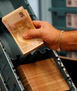 Γεμίζουν ξανά με καταθέσεις τα «σεντούκια» των τραπεζών