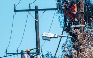 Γεμάτο σάπιες κολόνες το δίκτυο της ΔΕΗ