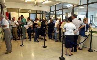 Οι Ελληνες πληρώνουν σε φόρους και εισφορές όσα και οι Γερμανοί