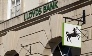 Οι αποζημιώσεις στους πελάτες «ψαλίδισαν» τα κέρδη της Lloyds