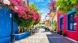 Στο μισό μειώθηκαν οι τουρίστες στην Ελλάδα τον Μάρτιο, πτώση 71% στα έσοδα