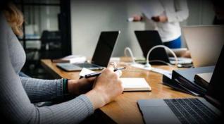 Τέσσερις στους πέντε εργοδότες στην Ελλάδα δυσκολεύονται να βρουν υπαλλήλους