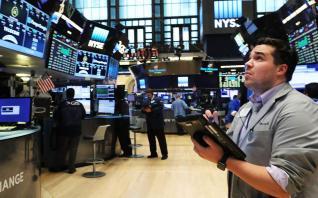 """Τα απογοητευτικά κέρδη, η θετική ψυχολογία των επενδυτών και το """"αόρατο χέρι"""" της FED"""