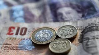 Τετραήμερο πτωτικό σερί για τη στερλίνα, εν αναμονή μείωσης επιτοκίων από την BoE